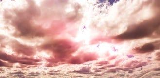 Céu cor-de-rosa/roxo original com formação da nuvem Imagem de Stock