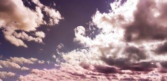 Céu cor-de-rosa/roxo original com formação da nuvem Imagens de Stock Royalty Free