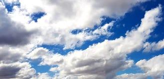 Céu cor-de-rosa/roxo original com formação da nuvem Foto de Stock Royalty Free
