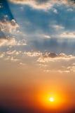 Céu, cores brilhantes Sun do azul, as alaranjadas e as amarelas Imagens de Stock Royalty Free