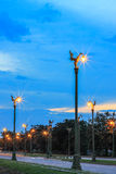 Céu crepuscular em Thanon UtthayanAksa Road, Banguecoque, Tailândia Fotografia de Stock