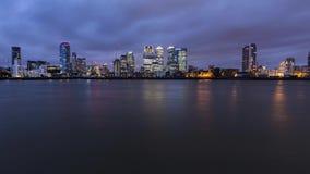 Céu crepuscular sobre arranha-céus de Canary Wharf em Londres video estoque