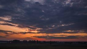 Céu crepuscular sobre o campo cênico no verão video estoque