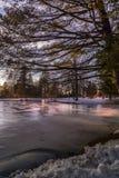 Céu crepuscular sobre o lago congelado! fotografia de stock