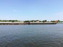 céu da água do navio de carga do rio foto de stock