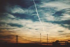 Céu da cerceta e ponte de corda Fotografia de Stock