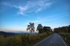 Céu da estrada nas montanhas Fotografia de Stock
