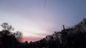 Céu da noite do por do sol do verão no centro da cidade de Vladivostok em 2018 fotos de stock royalty free