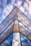Céu da noite que reflete na arquitetura de vidro moderna em 250 ocidentais foto de stock