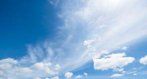 Céu da nuvem com o céu azul bonito Imagens de Stock Royalty Free