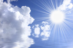 Céu de Aquamarine com sol imagens de stock