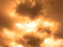 Céu de bronze com pontos claros e as nuvens escuras Fotos de Stock