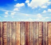 Céu de madeira de With Clear Blue da cerca Imagens de Stock