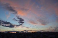 Céu de nivelamento incomum em uma área rural Por do sol fotografia de stock