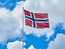 Céu de ondulação da bandeira norueguesa Imagem de Stock