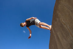 Céu de salto de Parkour do salto mortal do menino Fotografia de Stock Royalty Free
