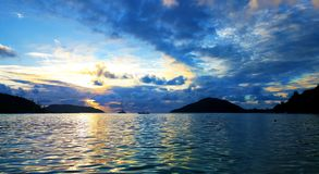 Céu de surpresa do por do sol bonito de Seychelles imagens de stock royalty free