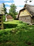 Céu, dia ensolarado, vila e grama verde imagem de stock