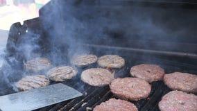 Céu do Hamburger O último alimento disparou em você precisará nunca Movimento lento de queda das batatas fritas friáveis Mouthwat video estoque