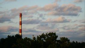 Céu do lapso de tempo do por do sol e central elétrica movente Letónia 4K das nuvens vídeos de arquivo