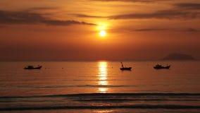Céu do nascer do sol com barcos de pesca vídeos de arquivo