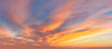 Céu do nascer do sol de Panoranic com nuvens coloridas fotos de stock