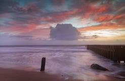 Céu do nascer do sol do fundo do Seascape do NC sobre o oceano na maré baixa fotos de stock royalty free