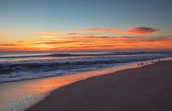 Céu do nascer do sol do NC sobre bancos exteriores do oceano fotos de stock
