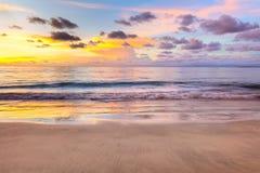 Céu do nascer do sol do por do sol, nuvem e reflexões do oceano imagem de stock royalty free