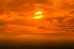 Céu do por do sol com a nuvem sobre a cordilheira Foto de Stock