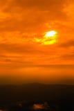 Céu do por do sol com a nuvem sobre a cordilheira Foto de Stock Royalty Free
