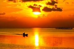 Céu do por do sol no lago Songkhla, Tailândia. Imagens de Stock