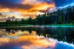 Céu do por do sol que reflete em uma lagoa na água Gap R nacional de Delaware fotografia de stock royalty free