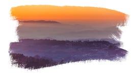 Céu do por do sol acima das camadas de montanhas nevoentas Foto de Stock