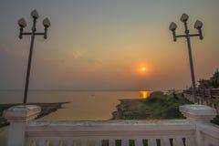 Céu do por do sol com água do mar foto de stock royalty free