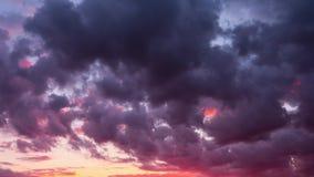 Céu do por do sol e nuvens dramáticas, tempo-lapso filme