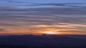Céu do por do sol sobre montes cênicos em Shropshire filme