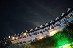 céu do telhado das luzes da construção da noite do curso imagem de stock royalty free