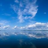 Céu do verão que reflete no lago Imagem de Stock