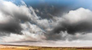 Céu dramático com as nuvens escuras sobre o cabo montanhoso perto do Oker, foto aérea de Harz com o zangão foto de stock royalty free