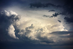 Céu dramático com as nuvens tormentosos antes da chuva Imagens de Stock