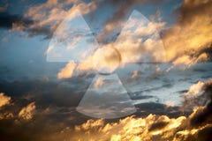 Céu dramático com símbolo da radioactividade imagens de stock