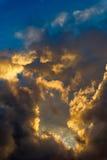 Céu dramático da manhã com nuvens de chuva Fotografia de Stock