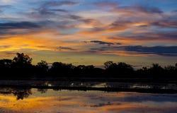 Céu dramático e reflexão no tempo do por do sol imagens de stock