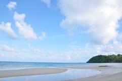 Céu e areia pelo mar Imagens de Stock Royalty Free