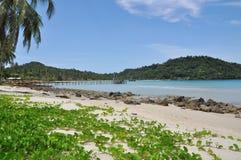 Céu e areia pelo mar Fotos de Stock Royalty Free