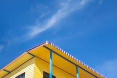 Céu e casa amarela, casa do país Imagem de Stock Royalty Free