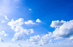 Céu e fundo natural das nuvens do branco Foto de Stock Royalty Free