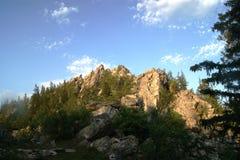 Céu e montanhas ensolarados em Rússia Fotografia de Stock Royalty Free