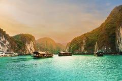 Céu e navio de cruzeiros bonitos na baía de Halong, Vietname imagem de stock royalty free